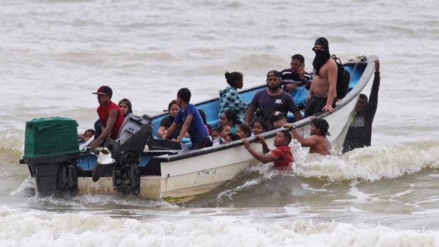 Trinidad y Tobago deporta a 160 venezolanos tras pactar un acuerdo de gas con Maduro