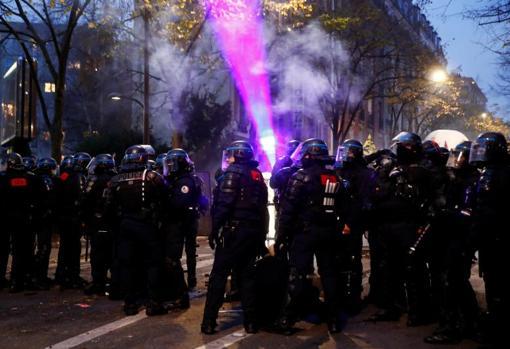 Agentes de policía hacen frente a los manifestantes en la capital francesa