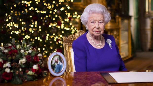 La Reina de Inglaterra recuerda a los afectados por la pandemia en su discurso de Navidad