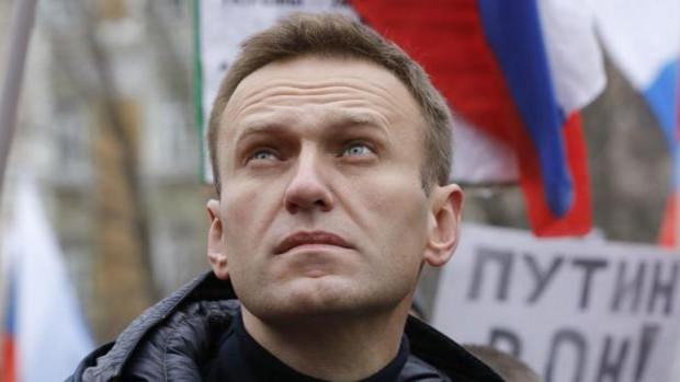 El juez permite a Navalni hablar solo cinco minutos con sus abogados