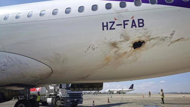 Incendiado un avión comercial tras un ataque de los hutíes de Yemen contra un aeropuerto saudí