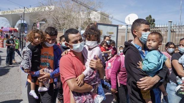 Inmigrantes de Centroamérica, en el puente internacional Paso del Norte, entre México y EE.UU.