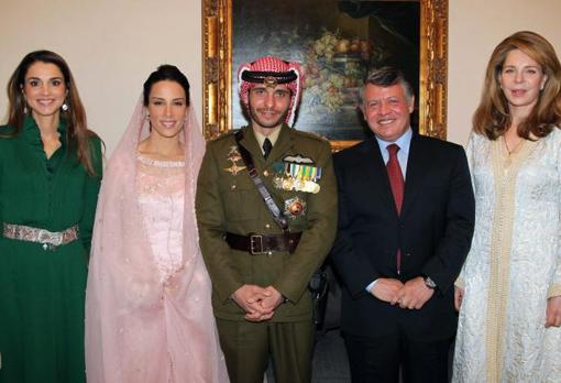 Image taken in 2012 on the occasion of the wedding of Prince Hamza bin Hussein (in military dress) with Princess Basma Otoum (second from left).  Also featured are Queen Rania (first from left), King Abdullah (fourth from left) and Queen Noor (right)