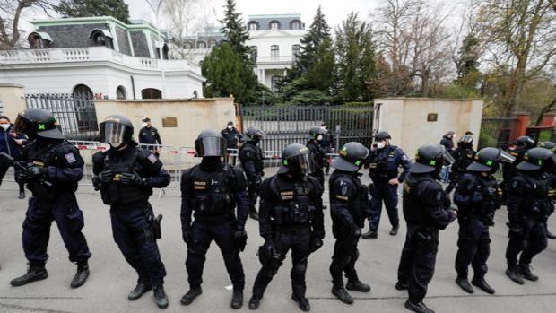 Rusia expulsa a 20 diplomáticos checos en respuesta a  medida similar de Praga