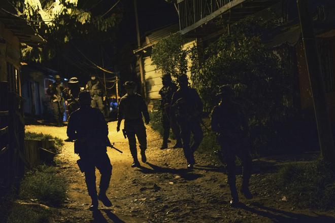 Un operativo de rutina por uno de los barrios más conflictivos. La ciudad es uno de los puntos más calientes de Colombia. Controlada por el Clan del Golfo, la población sufre extorsiones