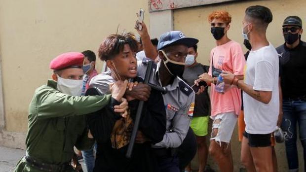 Polizei nimmt bei Protesten eine Person fest   Bildquelle: https://t1p.de/zynf © REUTERS   Bilder sind in der Regel urheberrechtlich geschützt