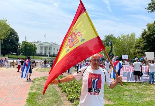 Nacho Rocha, de 61 años, se manifiesta ante la Casa Blanca con una bandera española para reclamar a Pedro Sánchez una mayor implicación por la libertad en Cuba