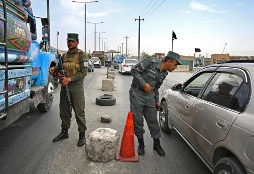 Agentes afganos realizan controles en una carretera en Kabul