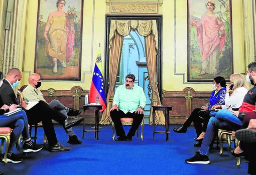 Nicolás Maduro meets with government negotiators heading to Mexico
