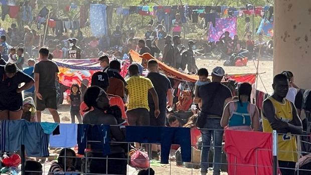Miles de haitianos se hacinan bajo un puente en la frontera de Texas