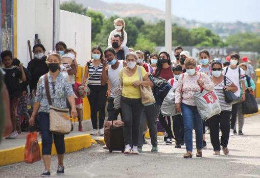 People from Cúcuta (Colombia) arrive in Venezuela after the bridge reopens
