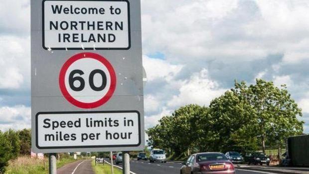 Viaje a la frontera invisible: Bruselas aguanta el pulso con Londres por Irlanda