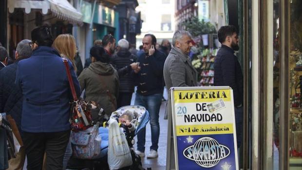 Una cola de personas para comprar lotería en Sevilla