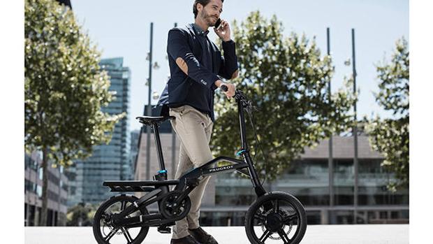La Peugeot eF01 sólo pesa 17 kilos y se pliega en 10 segundos