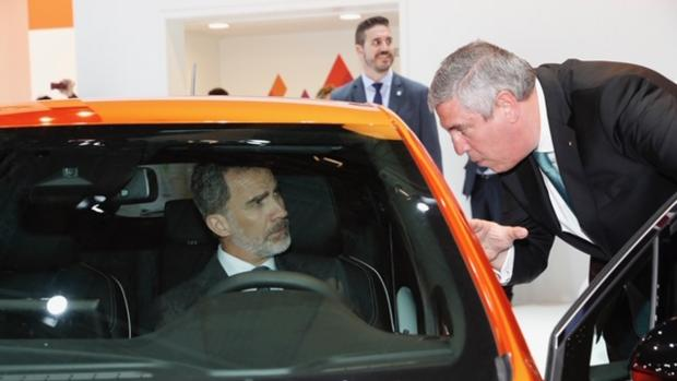 El Rey, en el expositor de Renault, junto a José Vicente de los Mozos, presidente de Anfac