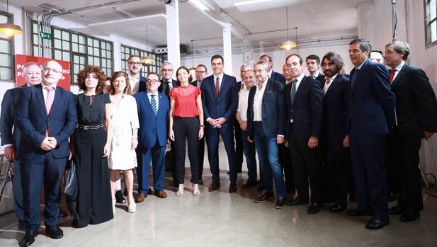 Representantes del sector del automóvil, con Pedro Sánchez y Reyes Maroto