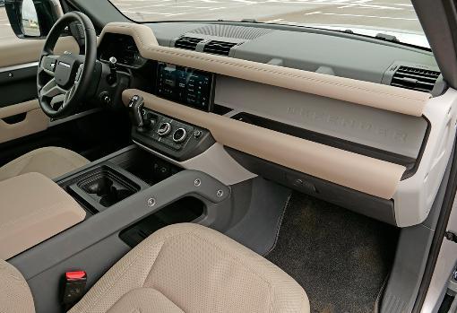 El interior es muy confortable y espacioso, pero algunos ajustes dan mala imagen.