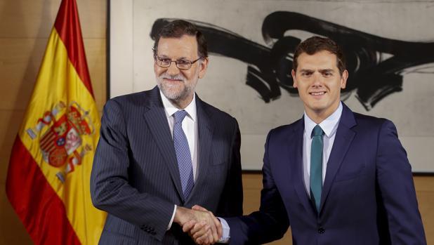 El presidente del Gobierno, Mariano Rajoy, y el líder de Ciudadanos, Albert Rivera