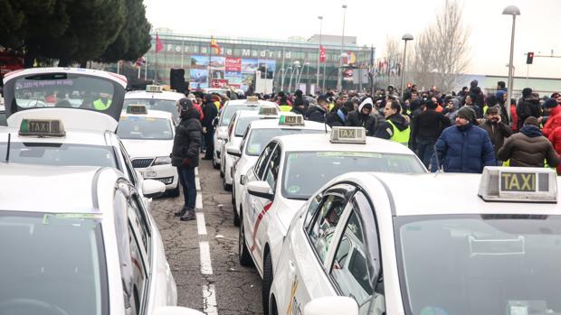 Varios taxistas de Madrid se concentran en asamblea en las inmediaciones del IFEMA