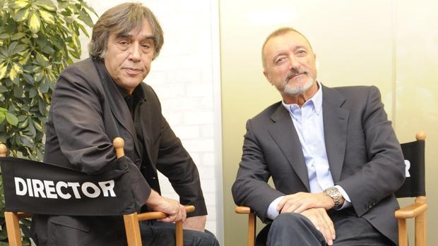 El director de cine Agustín Díaz Yanes, junto al escritor Arturo Pérez-Reverte