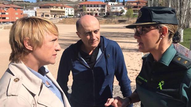 Blanca Portillo junto a Pepe Viyuela y la primera mujer de la Guardia Civil