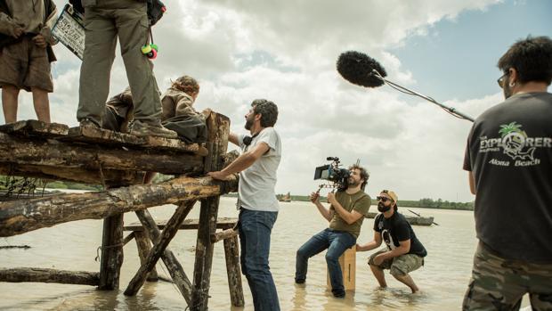 Alberto Rodríguez dirige una escena de «La peste»