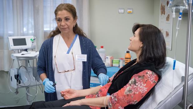 Lolita, junto a una paciente en «Centro médico»