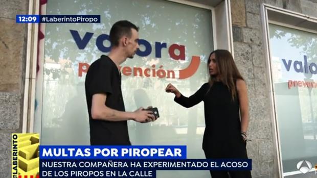 La reportera Claudia García, con uno de los presuntos «piropeadores»