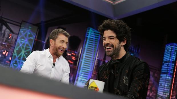 Pablo Motos, junto a Miguel Ángel Muñoz en «El hormiguero»