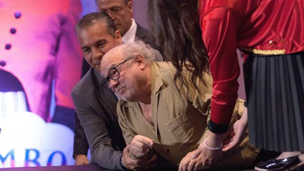 Danny DeVito, de 74 años, es auxiliado tras sufrir una caída este martes, durante la presentación de la película «Dumbo»