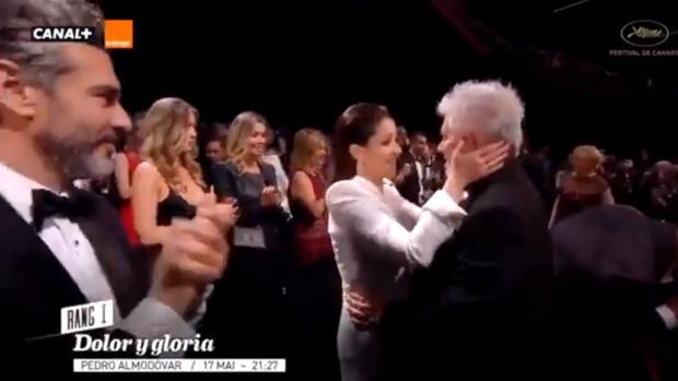 Nora Navas y Pedro Almodóvar se saludan tras el pase de Cannes, un momento que ignoran algunos medios secesionistas