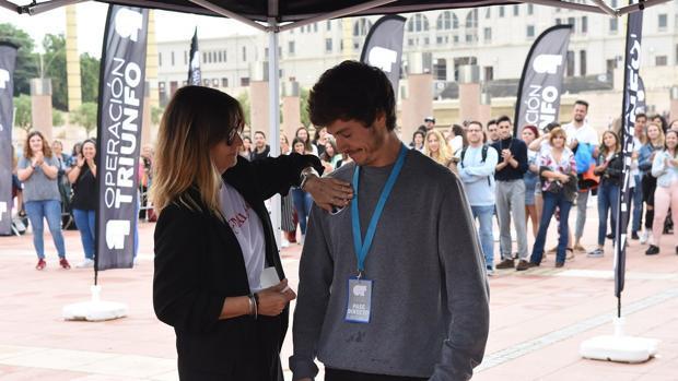 Miki Núñez obteniendo su pegatina de Noemí Galera durante el casting de «OT 2018»