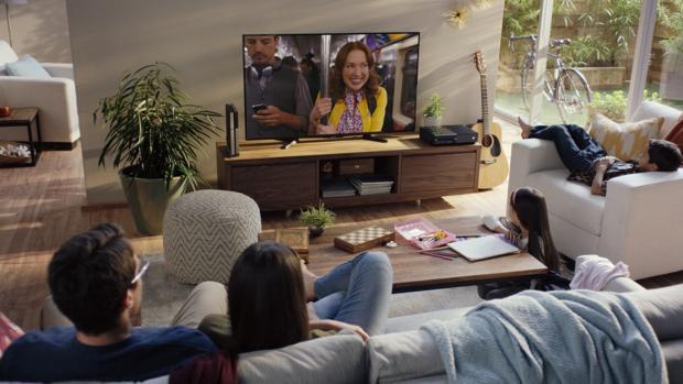 Familias viendo la televisión