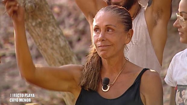 Isabel Pantoja sosteniendo su melena en «Supervivientes»