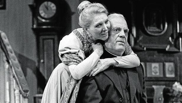 Estreno, en 1985, de la obra de teatro «Candida» de Bernard Shaw en el teatro Lara de Madrid. La actriz Maria Dolores Pradera (i) en el escenario junto al actor Eduardo Fajardo