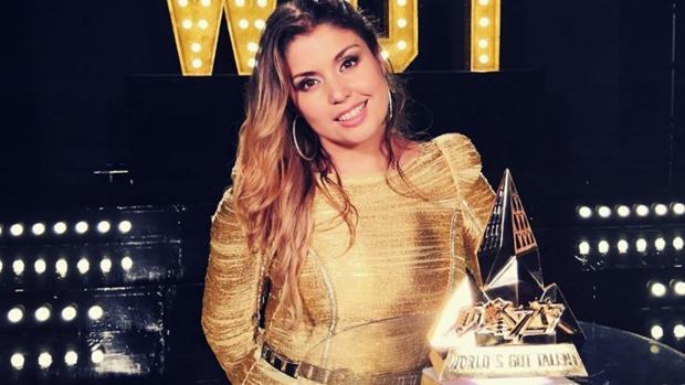 Cristina Ramos, en una foto junto al premio de «World's Got Talent»