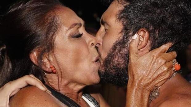 Isabel Pantoja le planta un beso a Omar Montes, ganador de Supervivientes