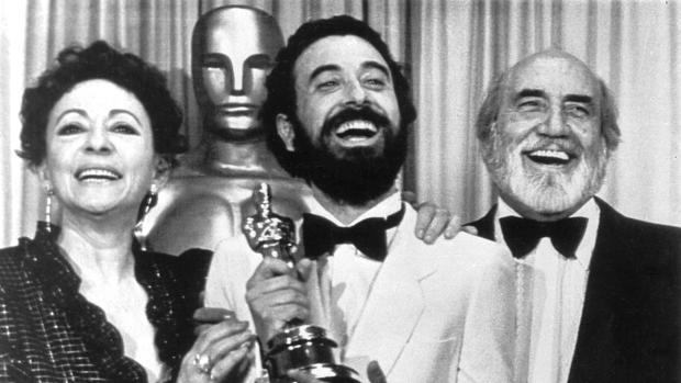 Encarna Paso, con José Luis Garci y Antonio Ferrandis tras recibir el Oscar por «Volver a empezar»