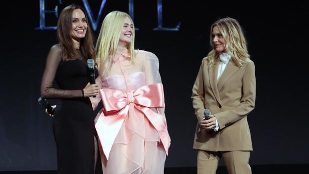 Angelina Jolie, Elle Fanning, y Michelle Pfeiffer, protagonistas de «Maléfica: maestra del mal» en la D23 Expo