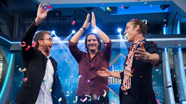 Pablo Motos, Óscar Jaenada y Sergio Peris-Mencheta celebrando la entrega de los 9.000 euros de «El hormiguero»