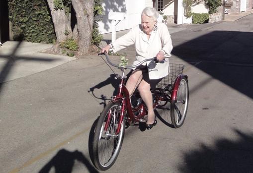 Olivia de Havilland, fotografiada en 2019 en bicicleta cerca de su residencia de París