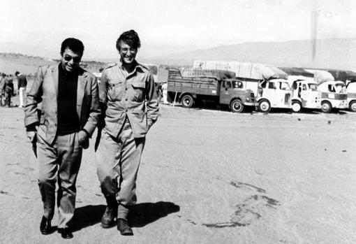 Almeria, 6 de octubre de 1966. John Lennon, vestido de soldado, pues estaba rodando la película de Richard Lester 'Cómo gané la guerra', camina conversando con el periodista Tico Medina