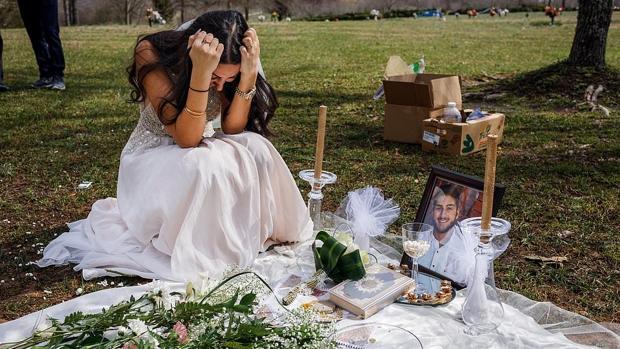 Sara Baluch, de 22 años, junto a la tumba de su prometido