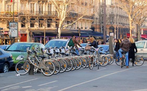 Montar en bicicleta es una activididad física ideal para todas las edades
