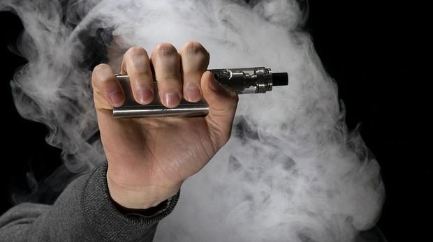 Una mano sostiene un cigarrillo electrónico