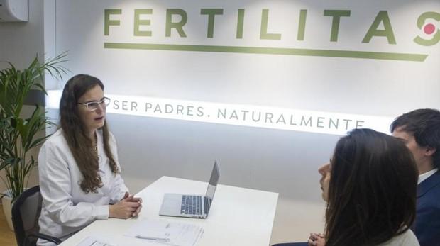 La doctora Ingrid Paul en el centro de Naprotecnología Fertilitas de Madrid