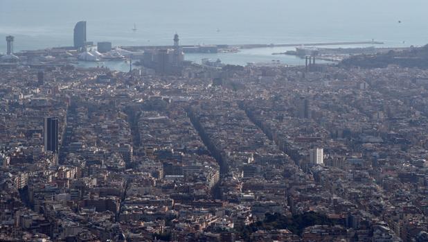 Vista del puerto de la ciudad de Barcelona que está bajo un episodio de alta contaminación