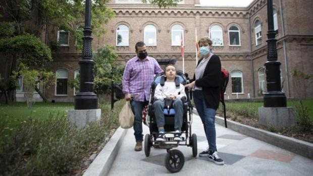 Bruno este viernes junto a sus padres Rafael y Macarena, a las puertas del Hospital Niño Jesús
