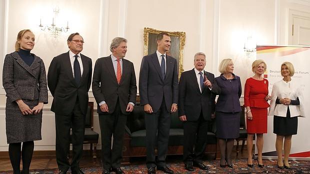 El Rey Felipe VI, junto al Ministro español de Educación, Cultura y Deporte, Íñigo Méndez de Vigo en el III Foro Hispano-Alemán