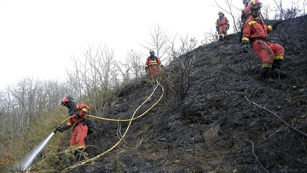 Miembros de la UME cerca de Fresneda, Cantabria. 140 efectivos trabajaron durante el domingo en las labores de extinción